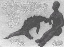 Una donna che gioca con un dinosauro?